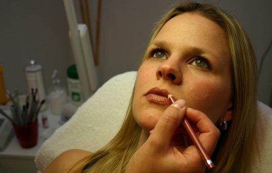 Vorzeichnen der Konturen bei Lippen Permanent Make-up